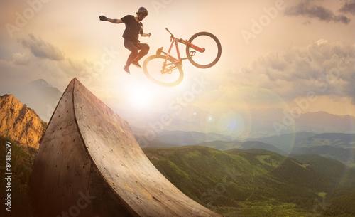 sport-ruch-motocyklistow-skacze