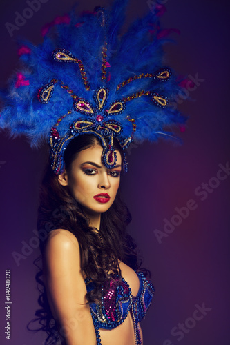 obraz lub plakat Zmysłowa brunetka tancerz noszenie kostium Samba