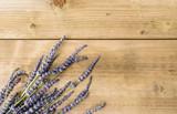 Fiore di lavanda su piano di legno, texture
