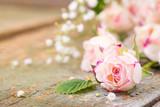 Fototapety Duftende Rosenblüten auf Holz