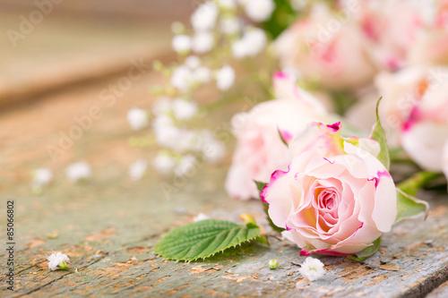 Duftende Rosenblüten auf Holz - 85066802