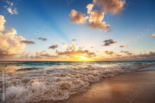 wschod-slonca-na-plazy-morza-karaibskiego