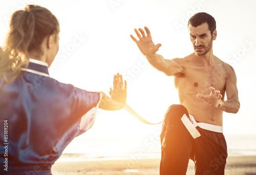 fototapeta na ścianę Kilka treningu sztuk walki na plaży