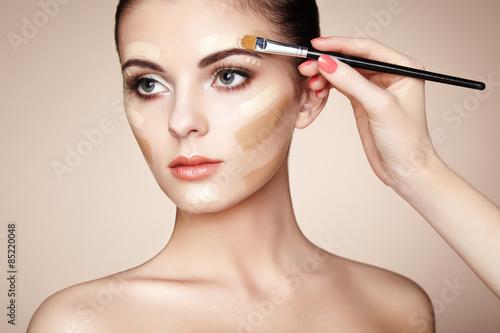 Poster Makeup artist applies skintone