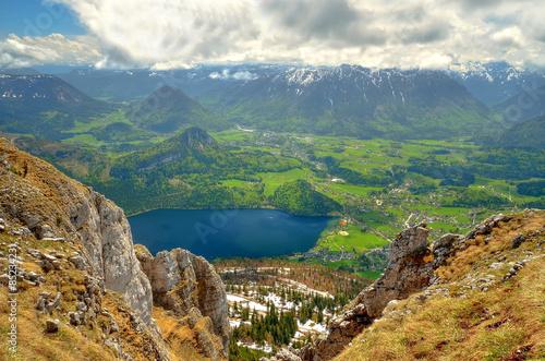 obraz lub plakat Górski krajobraz w austriackich Alpach. Widok z Loser szczyt nad Jeziora i Altausseer wsi Altausse w Dead gór Totes Gebirge) (w Austrii.