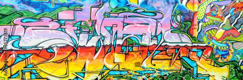 Fototapeta graffitis aux couleurs vives sur murs et gouttières