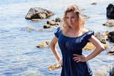 Donna bionda al mare