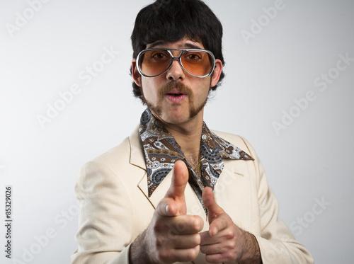 Portrait d'un homme dans un costume rétro des années 1970 de loisirs et de l Poster