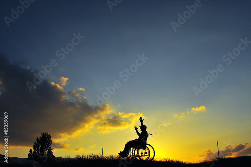 Fotobehang Wielersport engelli insan ve günbatımı