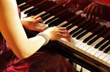 Fototapety グランドピアノを弾く女性の手