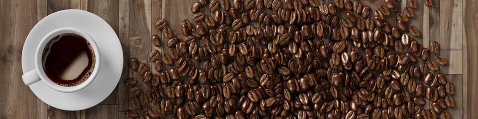 Tasse Kaffee mit Kaffeebohnen von oben