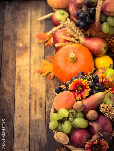 jesieni-tlo-z-swiezymi-owoc