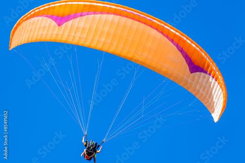 Poster vol en parapente biplace sur fond de ciel bleu outremer
