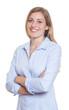 Lachende Frau mit verschränkten Armen und blauer Bluse