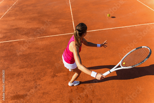 Jeune femme jouant tennis.High angle view.Forehand. Poster
