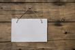 Altes Schild in weiß auf Holz Hintergrund