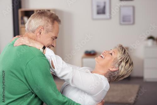 Poster glückliche senioren tanzen durch das wohnzimmer