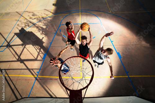 obraz lub plakat Młodzi koszykarze gry z energią