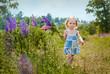 Постер, плакат: Девочка в поле цветов