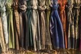 Pashminas de lana en diferentes colores.