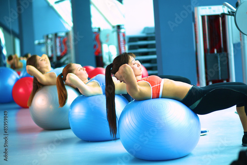 Grupa ludzi w klasie Pilates na siłowni