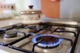 hořící plyn z plynového sporáku kuchyňskou