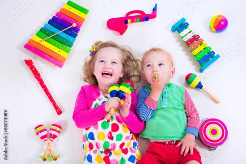 Plakát Děti s hudebními nástroji.