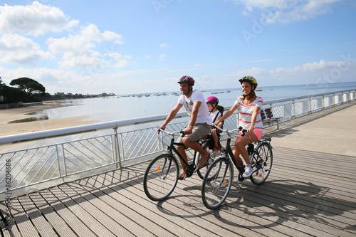 Rodzina w podróży rowerowej nad morzem