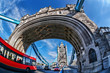 roleta: Famous Tower Bridge with red bus in London, England