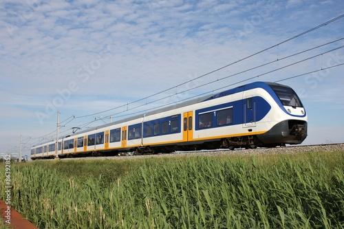Poster Regionalzug auf einem Bahndamm