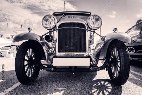 widok-z-przodu-klasycznego-samochodu-w-starym-stylu-czarny-i-wh