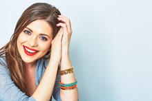 Twarz portret uśmiechnięta kobieta. Zęby uśmiechnięta dziewczyna. Jeden model