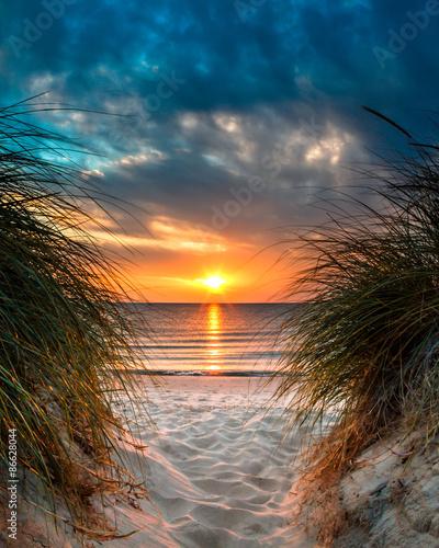 obraz lub plakat Prywatne Raj na piękny biały piasek na plaży o zachodzie słońca