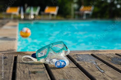 Poster Maschera, boccaglio e pallone in piscina