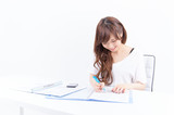 書類を書く若い日本人女性