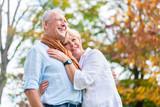 Fototapety Senioren Paar umarmt sich verliebt im Park