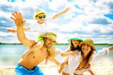 Familie am Strand - 86894605