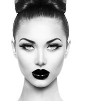 Wysoka modelka piękna dziewczyna z czarnym makijaż i długie lushes