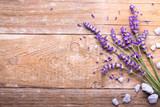 Lavendel auf Holz - 87070077