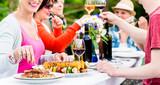 Frau isst Grillwurst auf Gartenparty beim Grillen - 87174621