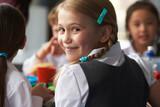 dívka jíst zdravé obědy ve školní jídelně