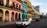 Fototapety Classic cars and antique buildings in Havana, Cuba