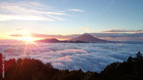 雲海に浮かぶ富士山と御来光