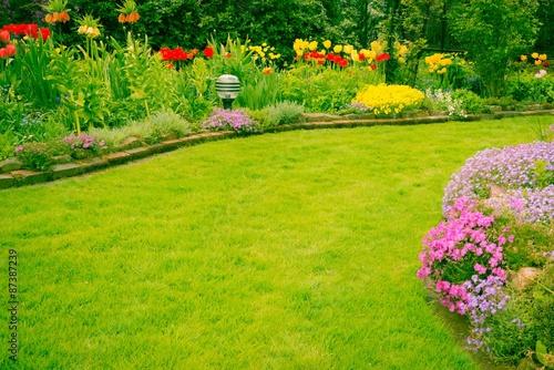 Garten mit schönen Rasen