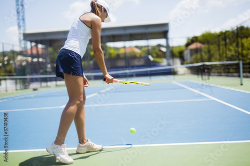 Beautiful female tennis player serving Tableau sur Toile