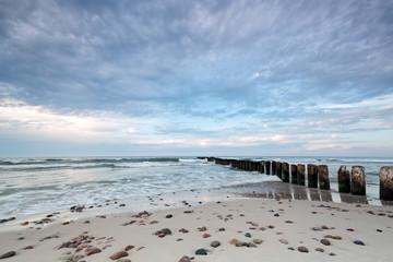 Kuźnica plaży nad Morzem Bałtyckim i piękne niebo z chmurami