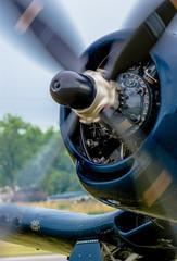 Schnell drehender Propeller eines alten Flugzeugs