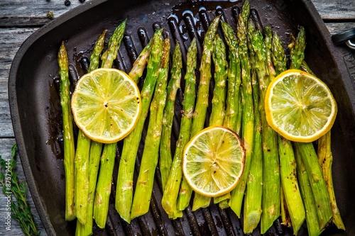 Fototapeta grilled organic asparagus with lemon