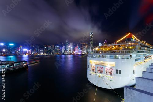 Illuminated Cruise ship and panoramic skyline of hong kong Obraz na płótnie