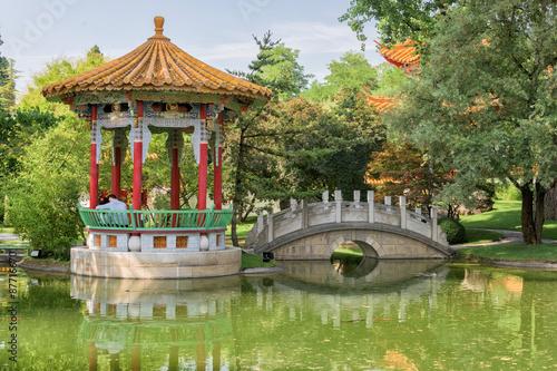 Fototapeta lovers sitting in chinese garden bridge